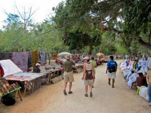 chichen itza market tourists